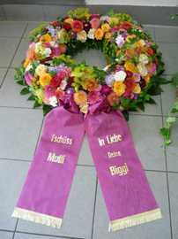 Trauerfloristik Kranz mit lila Schleife © Sabrina Sommer