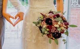 Brautpaar mit Brautstrauß © Sabrina Sommer