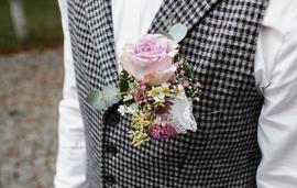Blumengesteck für Herren an einer Weste © Sabrina Sommer