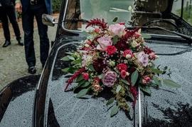 Brautfloristik auf einem Auto © Sabrina Sommer