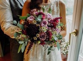 Braut mit Brautfloristik © Sabrina Sommer